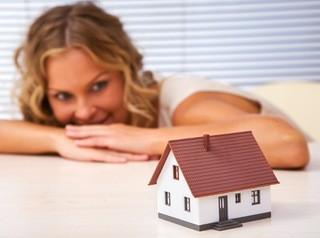 Одинокие женщины берут ипотеку в два раза чаще, чем холостяки