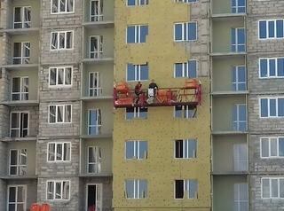 В долгострое Новоалтайска на Прудской, 40, ведут отделку фасадов и внутренних помещений