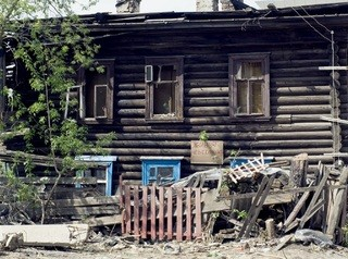 Аварийные дома в Омске расселять не торопятся